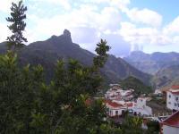 Vista de Tejeda, con el Roque Bentayga al fondo